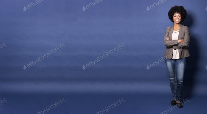 schwarze lässige Frau auf blauem Hintergrund