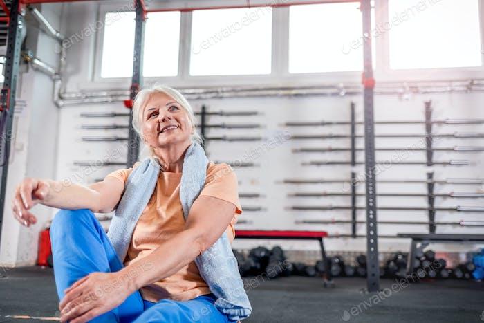 Feliz mujer senior en el gimnasio
