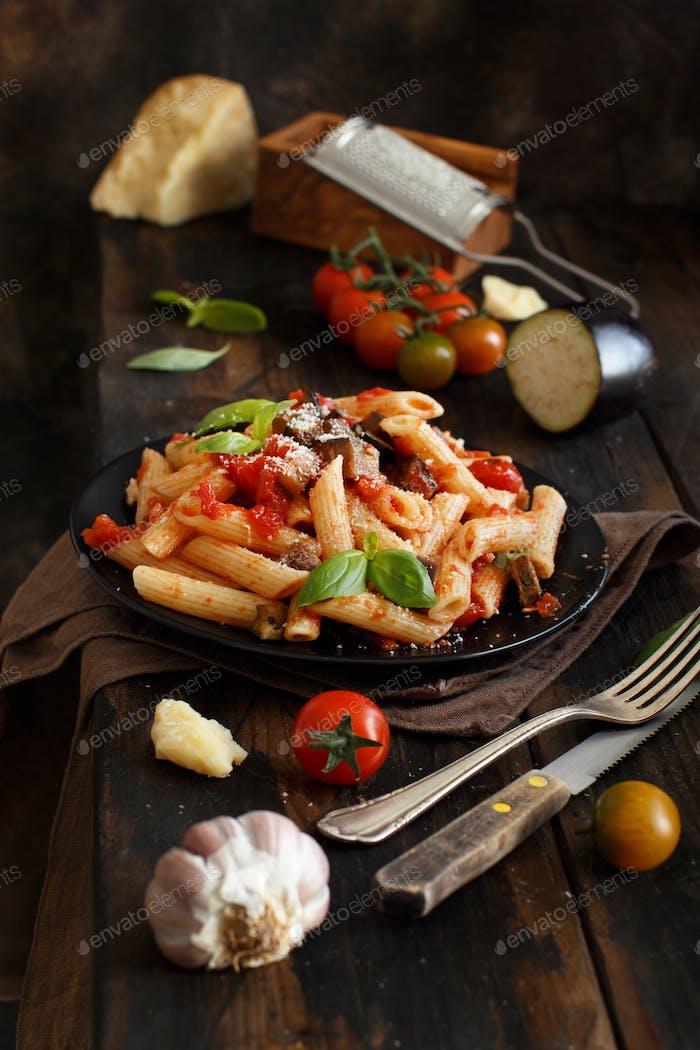 Penne alla norma - traditionelle italienische Pasta mit Auberginen und Tomaten