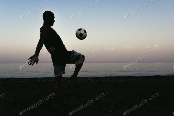 Два друга играют в футбол.