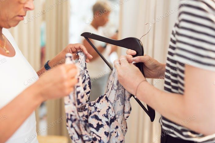 Frauen versuchen Kleidung