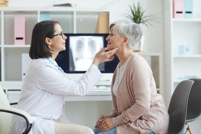 Ärztin Palpieren Hals der Seniorin