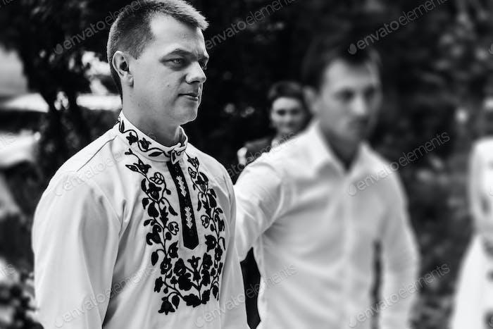 novio elegante con sus mejores hombres a la espera de una novia, ceremonia de la boda