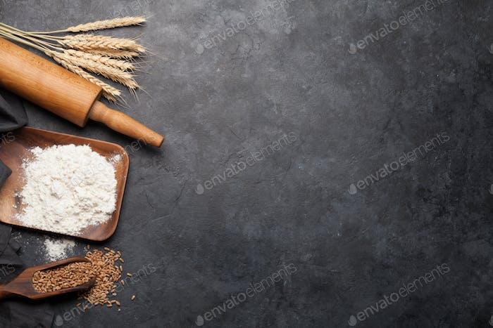 Verschiedene Brotzutaten. Weizen, Mehl und Kochutensilien
