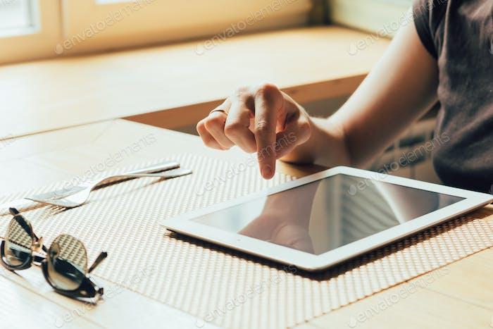 Mädchen arbeitet auf dem Tablet