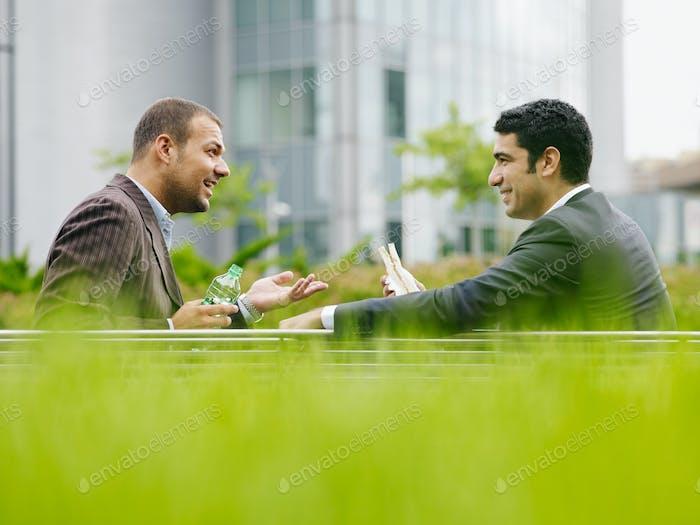 Geschäftsleute mit Mittagspause