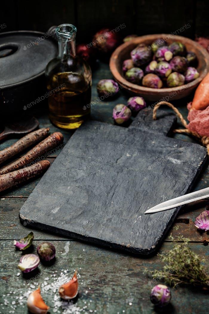Gesunde Kochzutaten auf dem alten Holztisch