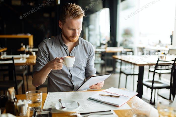 Bsuinessperson Multitasking auch während der Pause