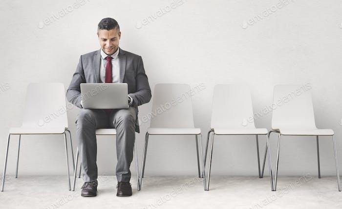 Geschäftsmann mit Laptop-Verbindungs-Kommunikationskonzept