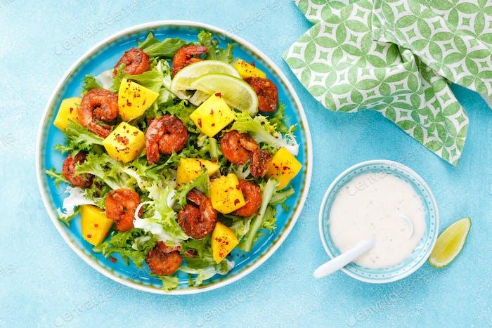 Mango-Garnelensalat mit rotem Pfeffer und Limettensaft. Meeresfrüchte. Draufsicht. Flache Lag