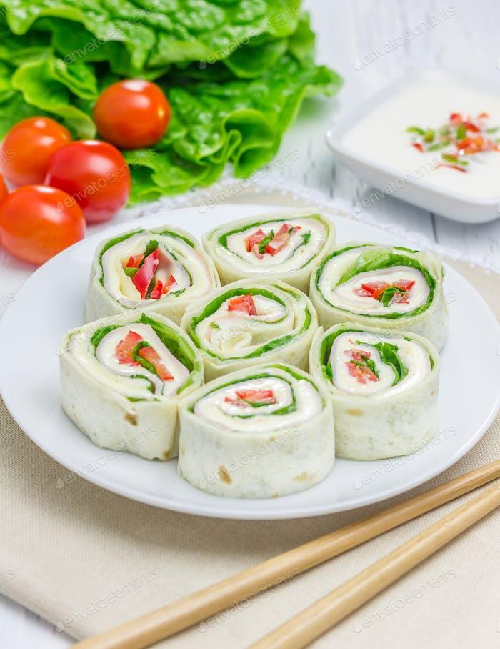 Tortilla-Rolle mit Weichkäse, Hühnerschinken und Gemüse