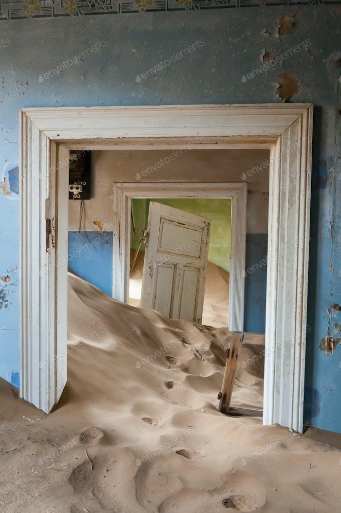 Building at the ghost town of Kolmanskop