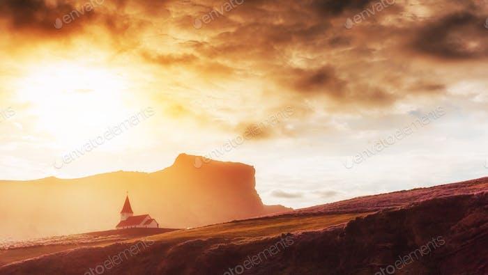 Typische ländliche isländische Kirche an der Meeresküste