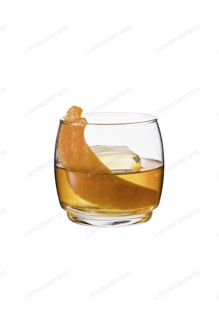 Erfrischender Bourbon Old Fashioned Cocktail auf Weiß