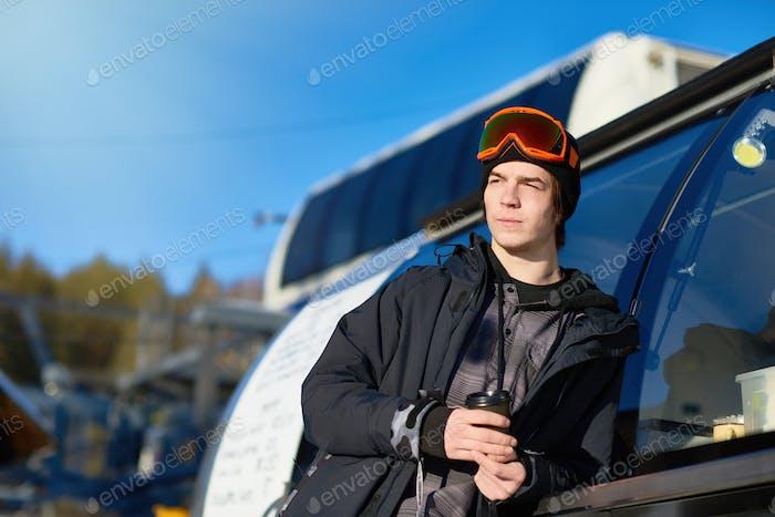 Moderner Mann im Skigebiet