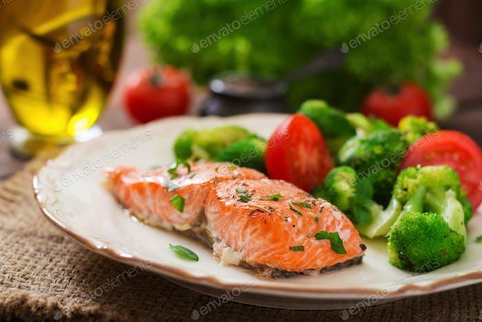Gebackener Fischlachs garniert mit Brokkoli und Tomate. Diätetisches Menü. Fisch-Menü. Meeresfrüchte - Lachs.