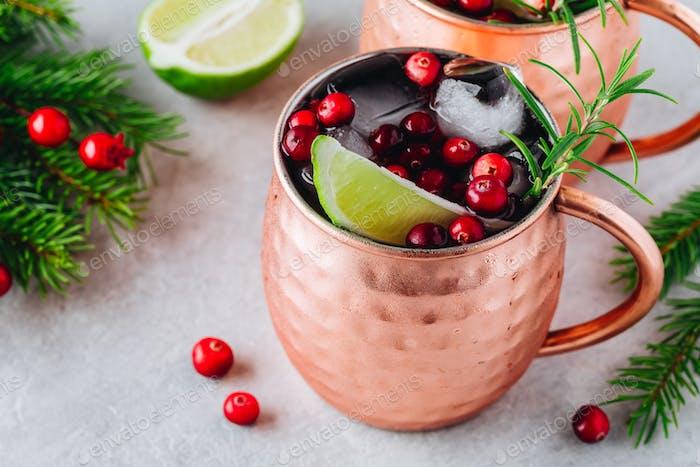 Urlaub Moskau Mule eiskalt Cocktail in Kupfer Tasse mit Preiselbeeren