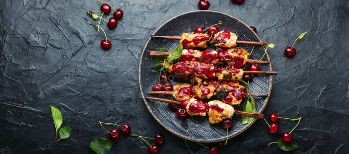 Poultry skewers in cherry sauce