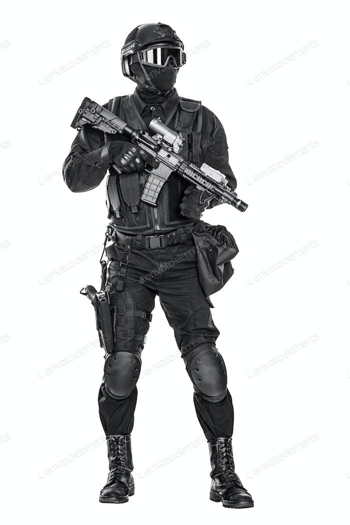 Swat-Bediener mit Gewehr