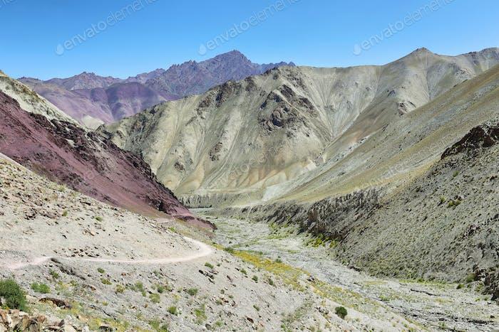 Blick auf die bunten Berge von Yurutse, Ladakh, Indien
