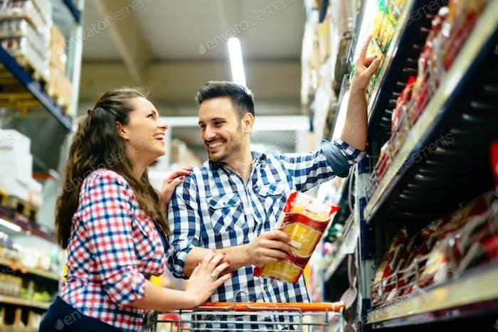 Paar einkaufen im Supermarkt