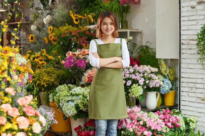 Hübscher Blumenladen Besitzer bei der Arbeit