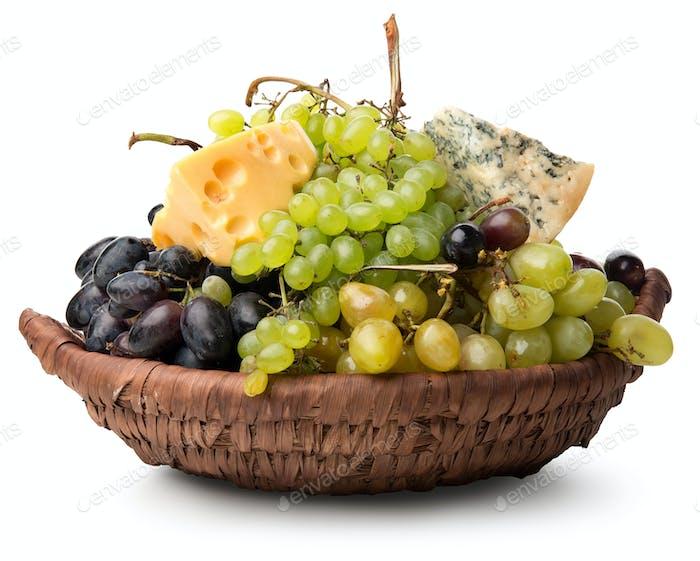 Käse und Trauben im Korb