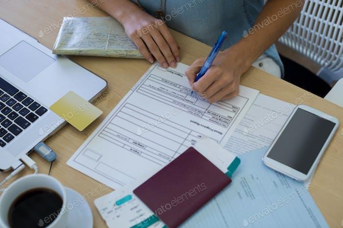 Weibliche Executive-Formular an ihrem Schreibtisch
