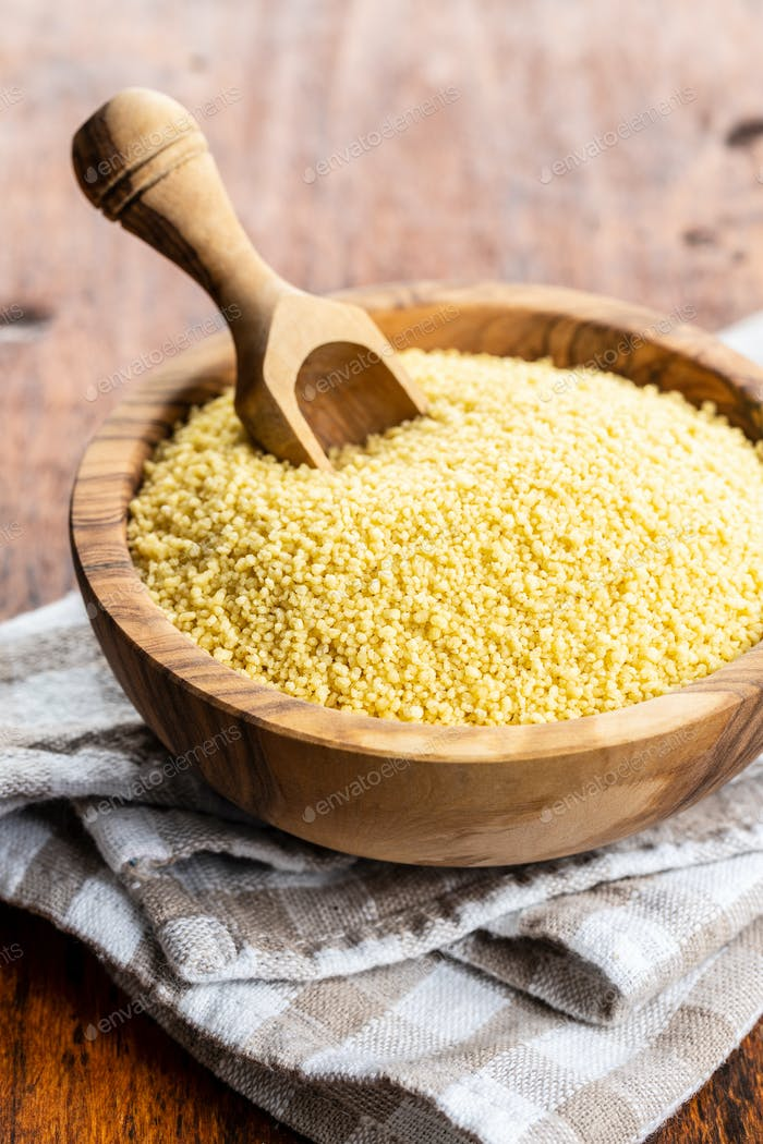 Trockener gelber Couscous