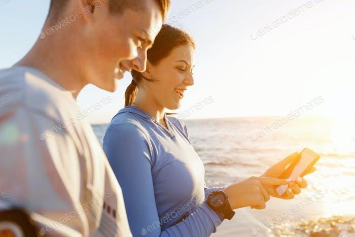 Junges Paar mit Smartphones im freien