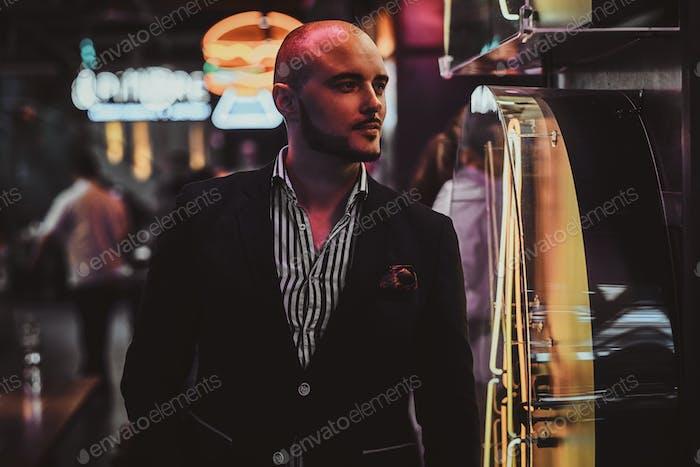 Элегантный человек в ночном клубе