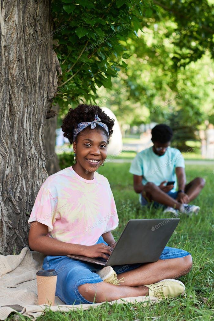 Estudiantes sentados en el parque