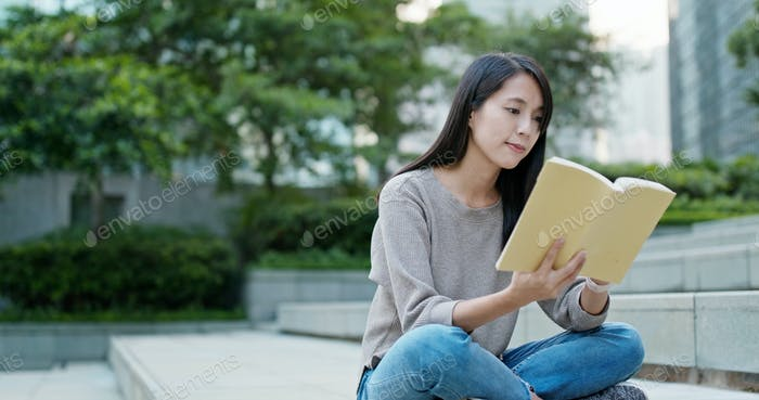 Frau lesen auf dem Buch