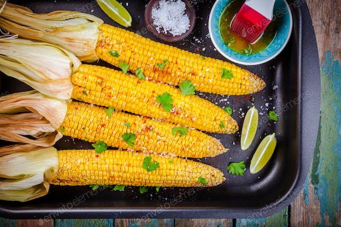gebackene Maiskolben mit Kräuterbutter und Limette