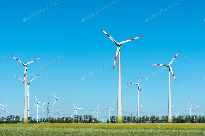 Moderne Windkraftanlagen an einem sonnigen Tag