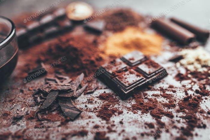 Dunkle Schokolade mit Kakao-Porwder