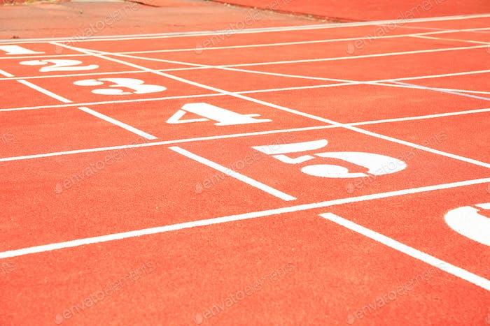 Beginn der roten Sportstrecke mit Zahlen. Sportliches Konzept