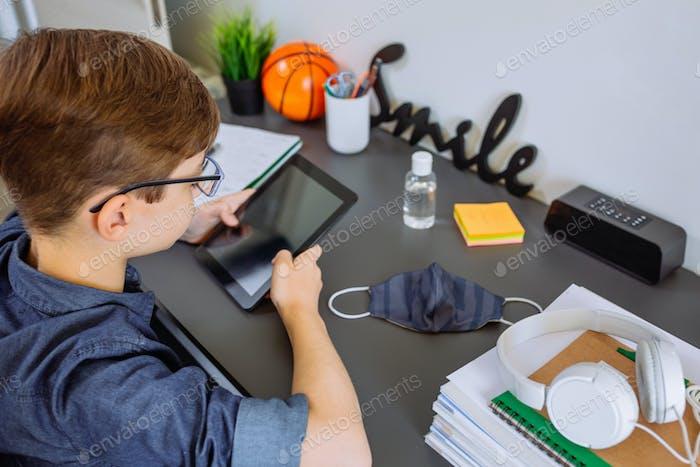 Adolescente haciendo la tarea con una tableta