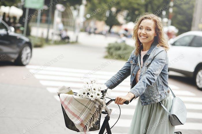 Женщина путешерует по городу на велосипеде