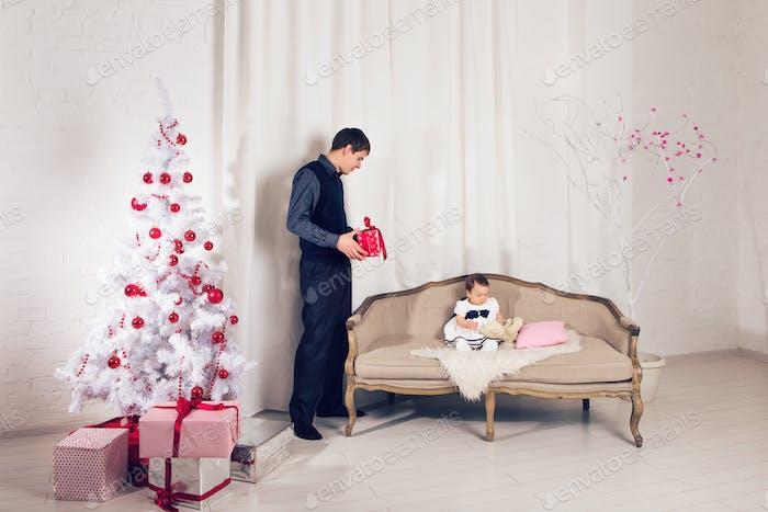 glückliche Familie Vater und Kind Baby Tochter mit Weihnachtsbaum