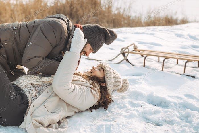 Paar mit Spaß im Winter im freien