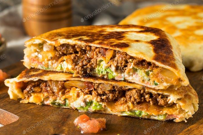 Hausgemachte Rindfleisch Crunchwrap Quesadilla