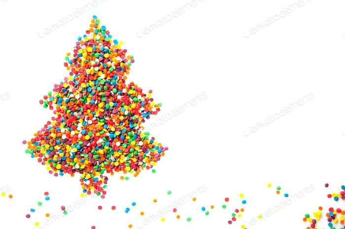 Weihnachtsbaum aus Zuckerstreuseln auf weißem Hintergrund