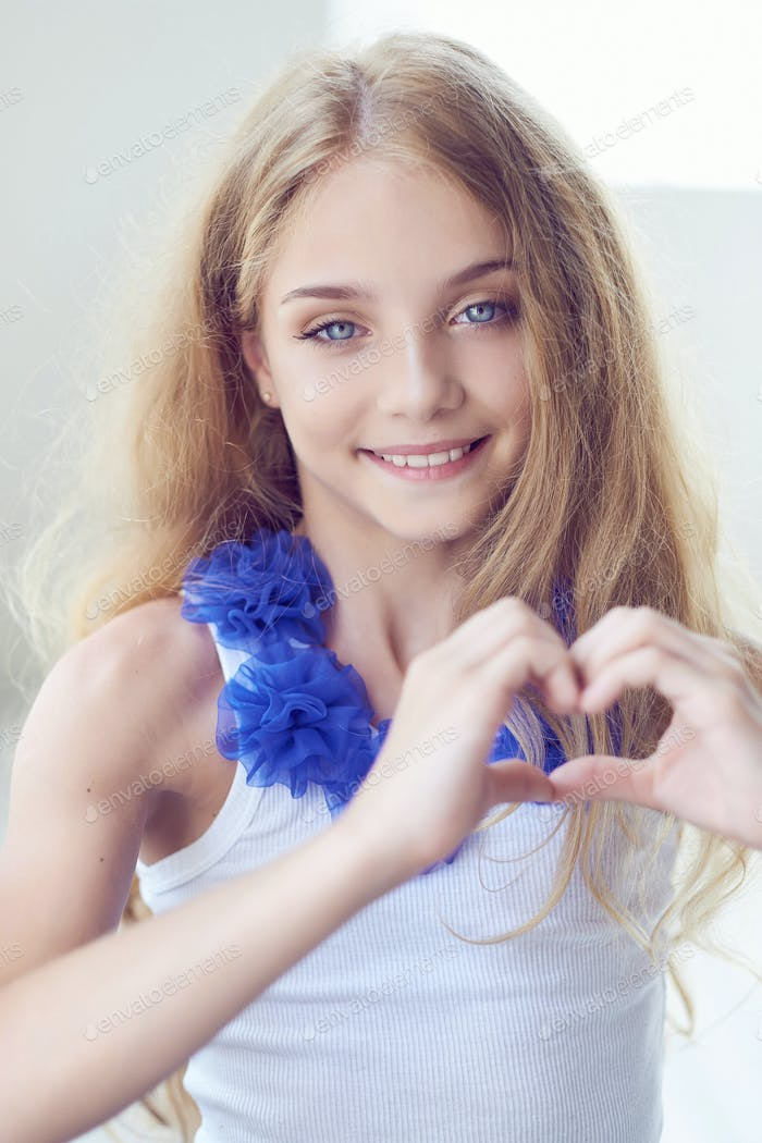 Porträt eines glücklichen kleinen Mädchens Modell mit charmantem Lächeln posiert in einem Studio.