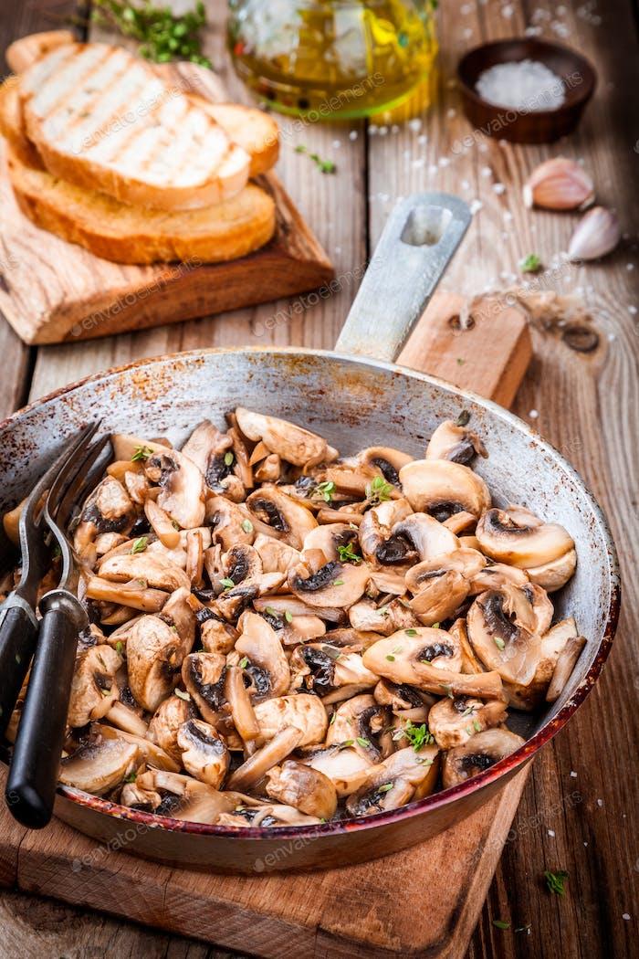 gebratene Pilze in einer Pfanne