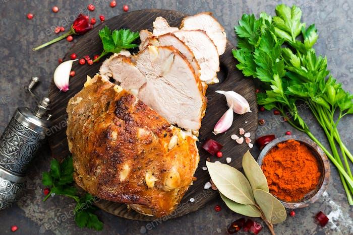 Gebackenes Fleisch mit Knoblauch und Gewürzen