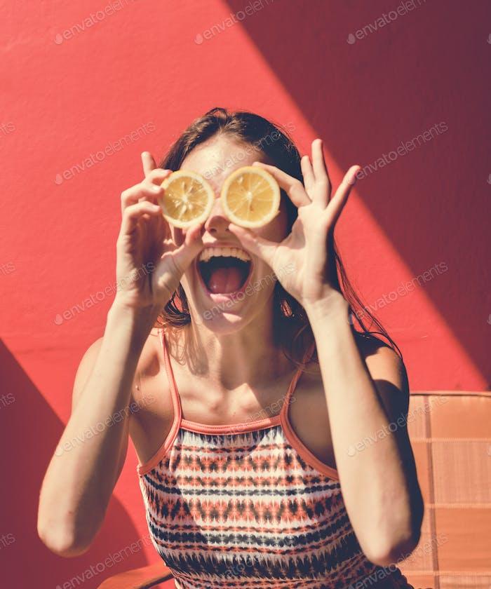 Glückliche niedliche Mädchen mit Orangen