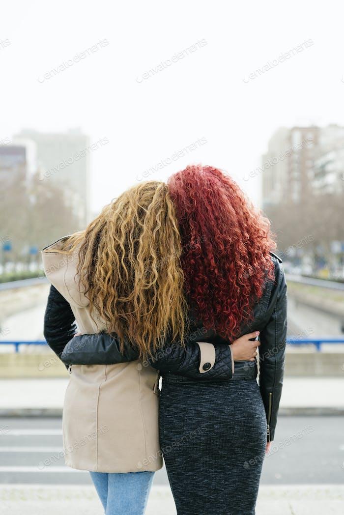 Porträt von zwei Freunden auf der Straße.