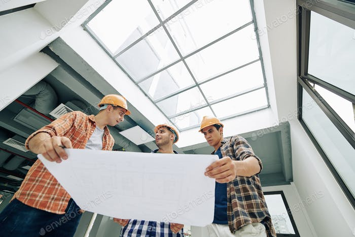 Arbeiter mit Bauplan