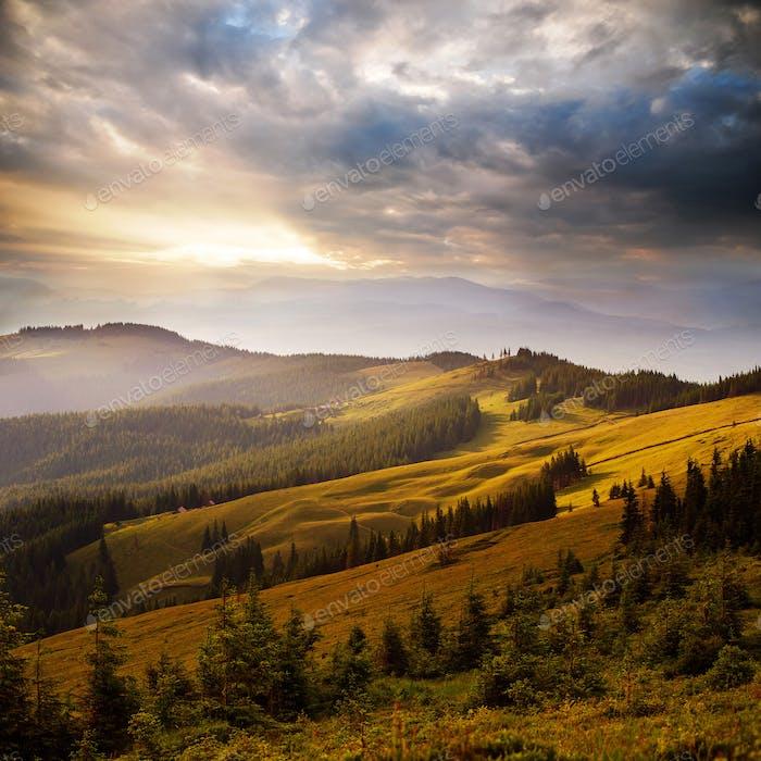 erstaunlicher Sonnenuntergang in den Bergen